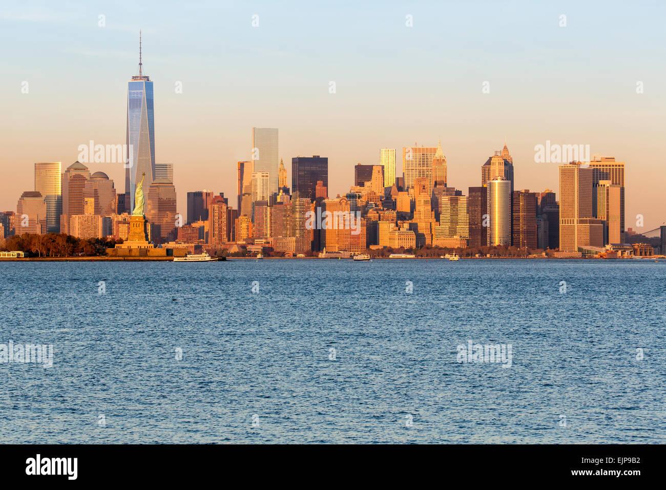 Freiheitsstatue, One World Trade Center und die Innenstadt von Manhattan über den Hudson River, New York, Vereinigte Stockbild