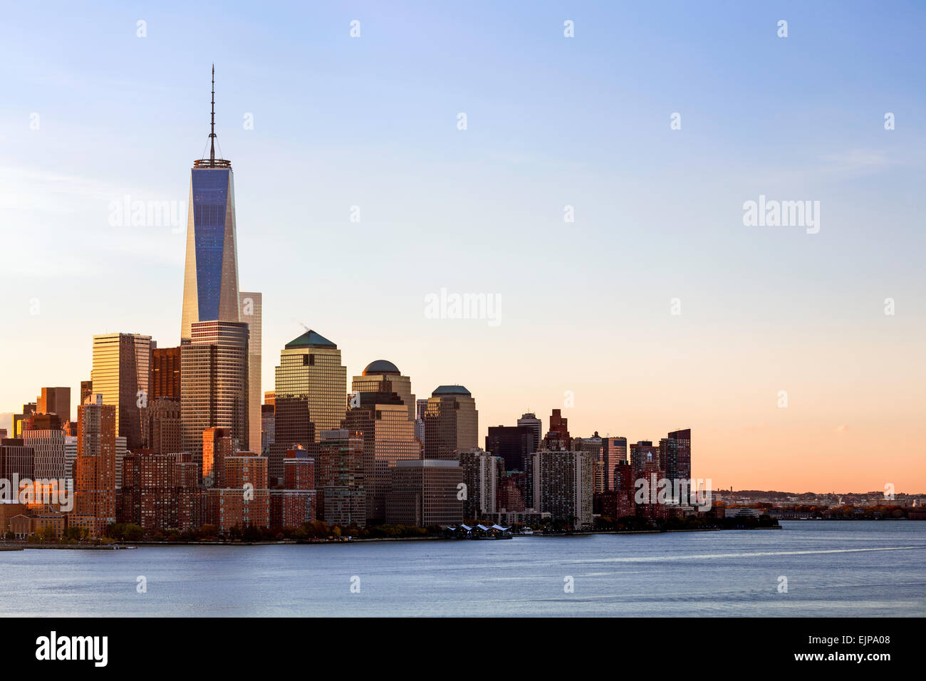 One World Trade Center und die Innenstadt von Manhattan über den Hudson River, New York, Manhattan, Vereinigte Stockbild