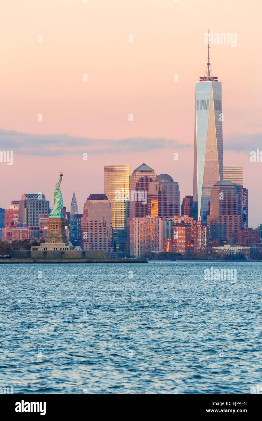 Freiheitsstatue, One World Trade Center und die Innenstadt von Manhattan über den Hudson River, New York, Manhattan, Stockfoto