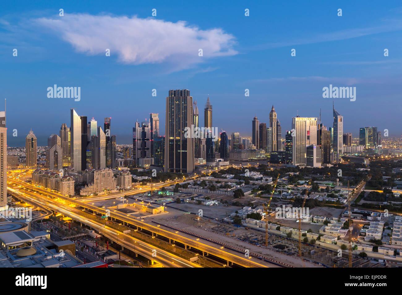Dubai, Vereinigte Arabische Emirate, neue Hochhäuser und Verkehr auf der Sheikh Zayed Road Stockbild