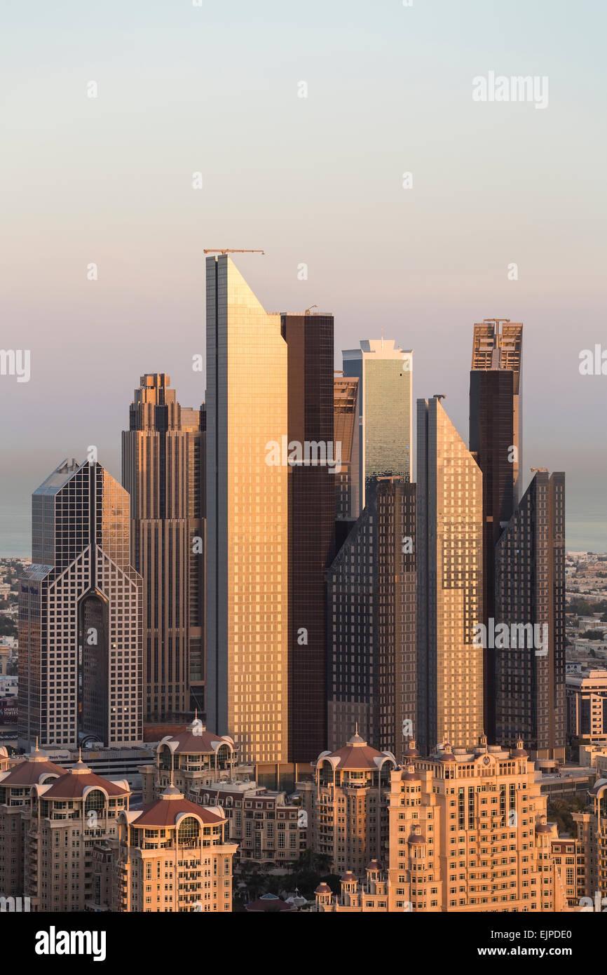 Vereinigte Arabische Emirate, Dubai, Sheikh Zayed Rd, Verkehr und neue Hochhäuser entlang Dubais Hauptstraße Stockbild