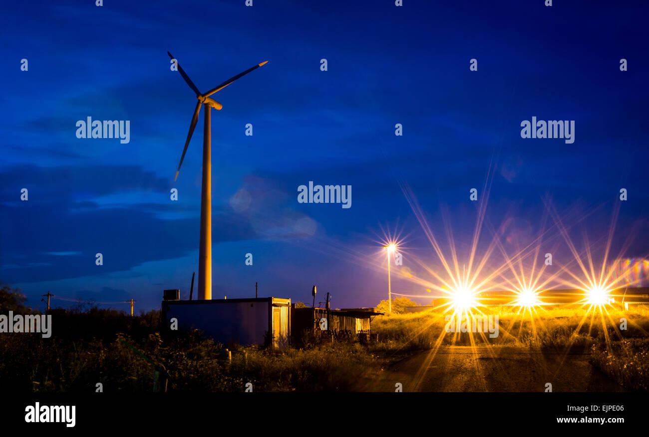 Nachtaufnahme mit Wind Propeller und Lichter. Stockbild