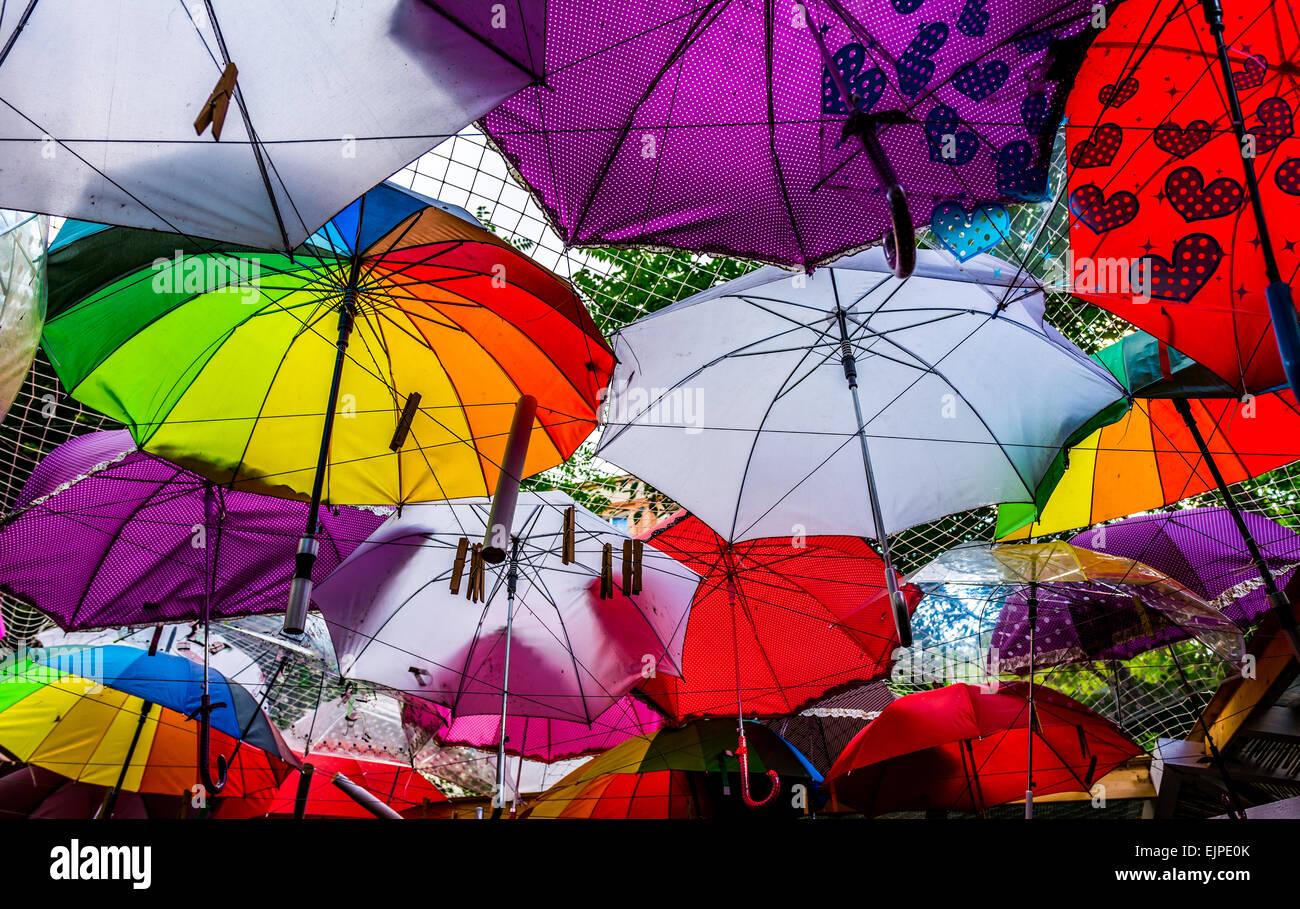 Regenschirme als Dach der Terrasse des Restaurants. Stockbild