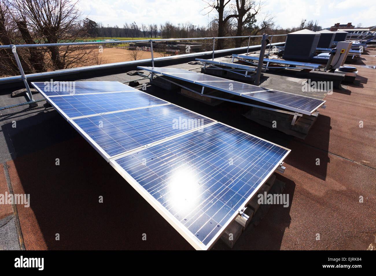 Reihe von Solarzellen am Dach des modernen Gebäude Stockbild
