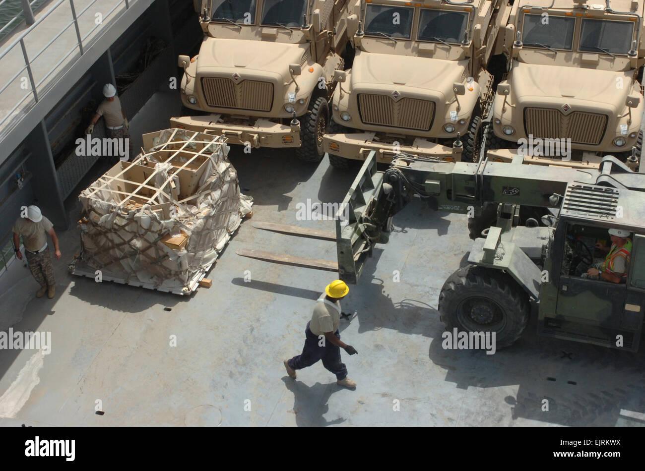 Soldaten der 1099th Transport Abteilung leiten ein ...