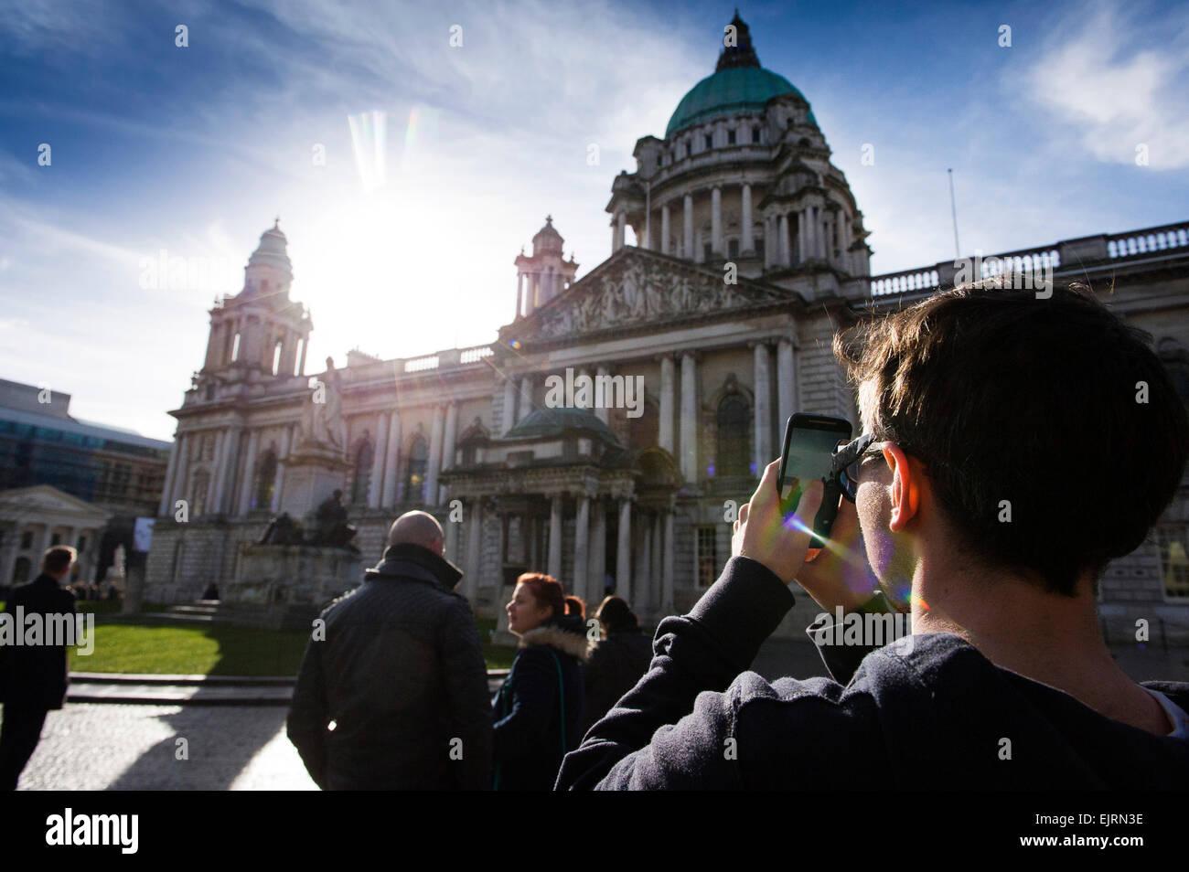 Beobachtung der Sonnenfinsternis, Belfast 2015 Stockbild