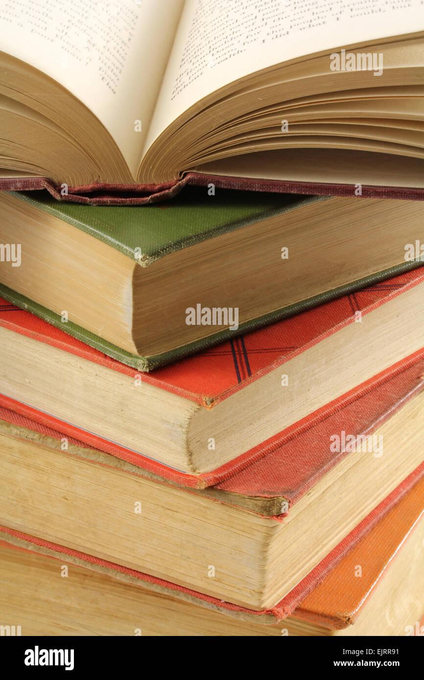 Alte Bücher von verschiedenen Farben werden gestapelt auf einander ...