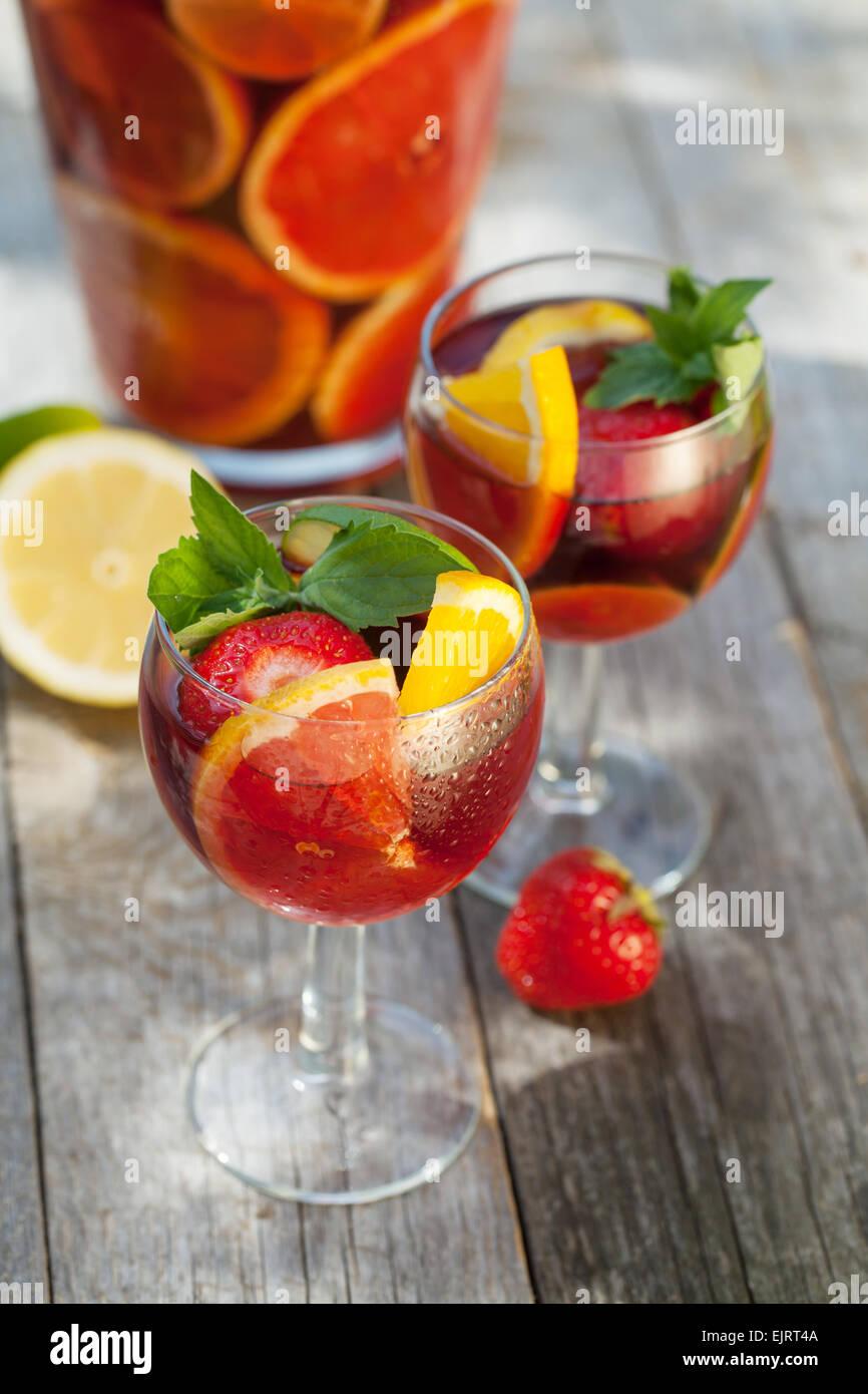 Erfrischende Frucht Sangria (Stempel) auf Holztisch Stockfoto