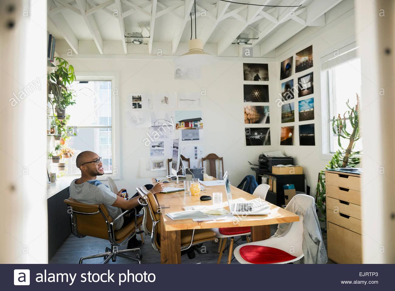 Lächeln Designer sitzen am Tisch im Büro Stockfoto, Bild: 80429611 ...