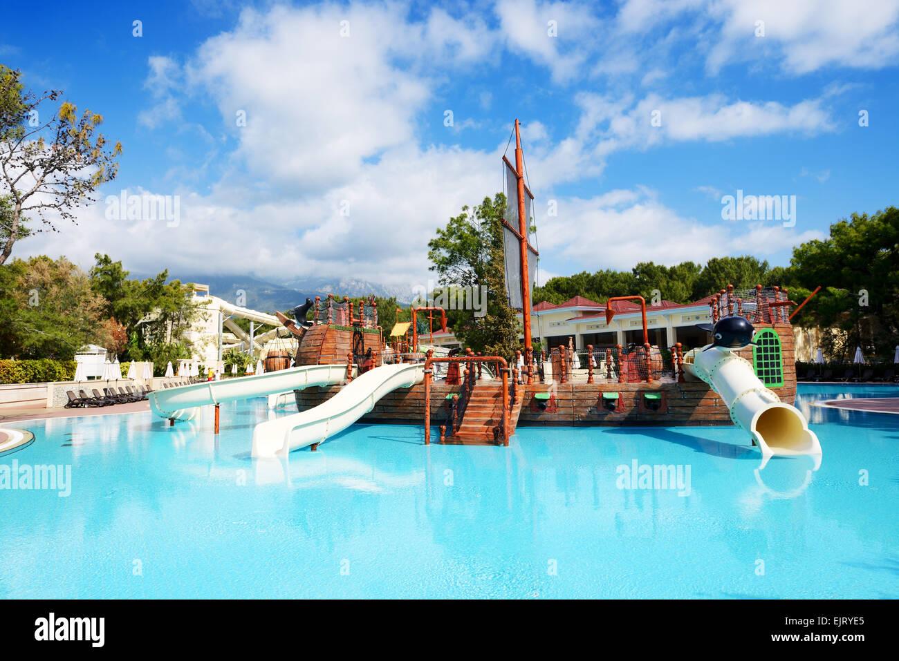 Schwimmbad mit wasser gleitet im luxushotel antalya for Hotel munster mit schwimmbad
