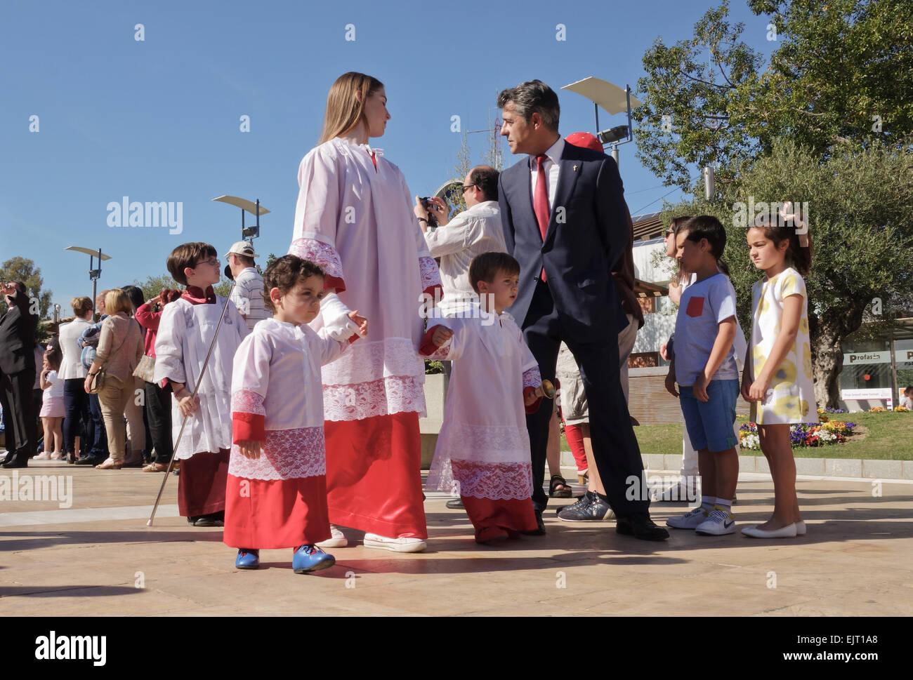 Kinder religiöse Prozession, während der Osterwoche, der Semana Santa in Fuengirola, Provinz Malaga, Spanien. Stockfoto