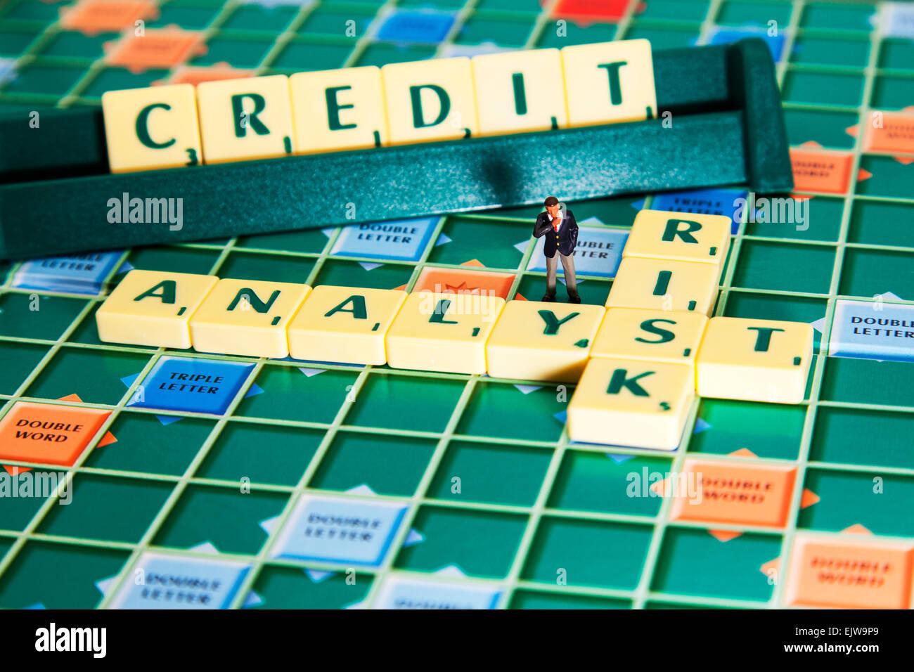 Risikoanalyst berechnet, dass der Kredit Bonität von Unternehmen Wörtern mit Scrabble Fliesen um zu buchstabieren Stockbild