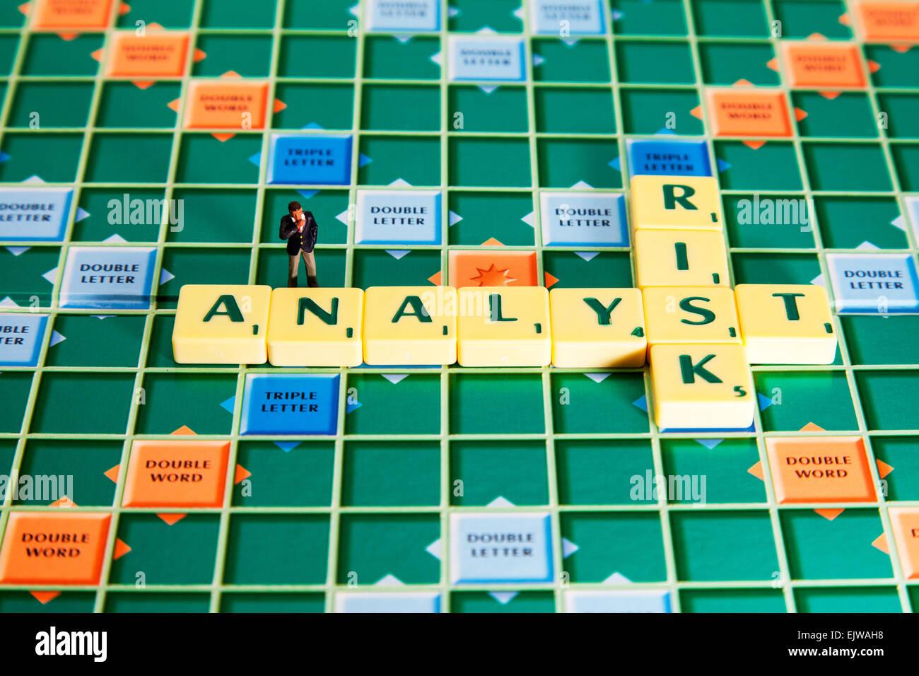 Risikoanalyst berechnet die Kredit Bonität von Unternehmen Wörtern mit Scrabble Fliesen zu finanziellen Stockbild