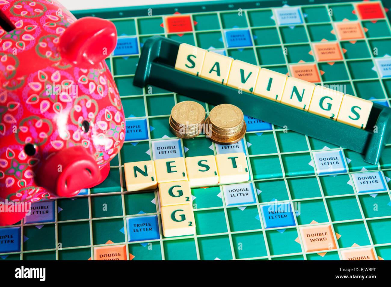 Sparschwein Notgroschen Einsparungen Geld Rente künftig sparen Geld Wörter mit Scrabble Fliesen zu buchstabieren Stockbild