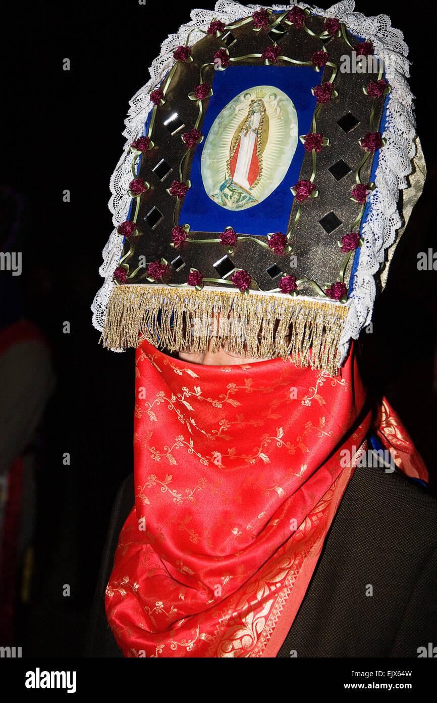 Ein geheimnisvoll verschleierte Matachines Dancer ist Teil der Feierlichkeiten bei der Feier der Jungfrau von Guadalupe Stockbild