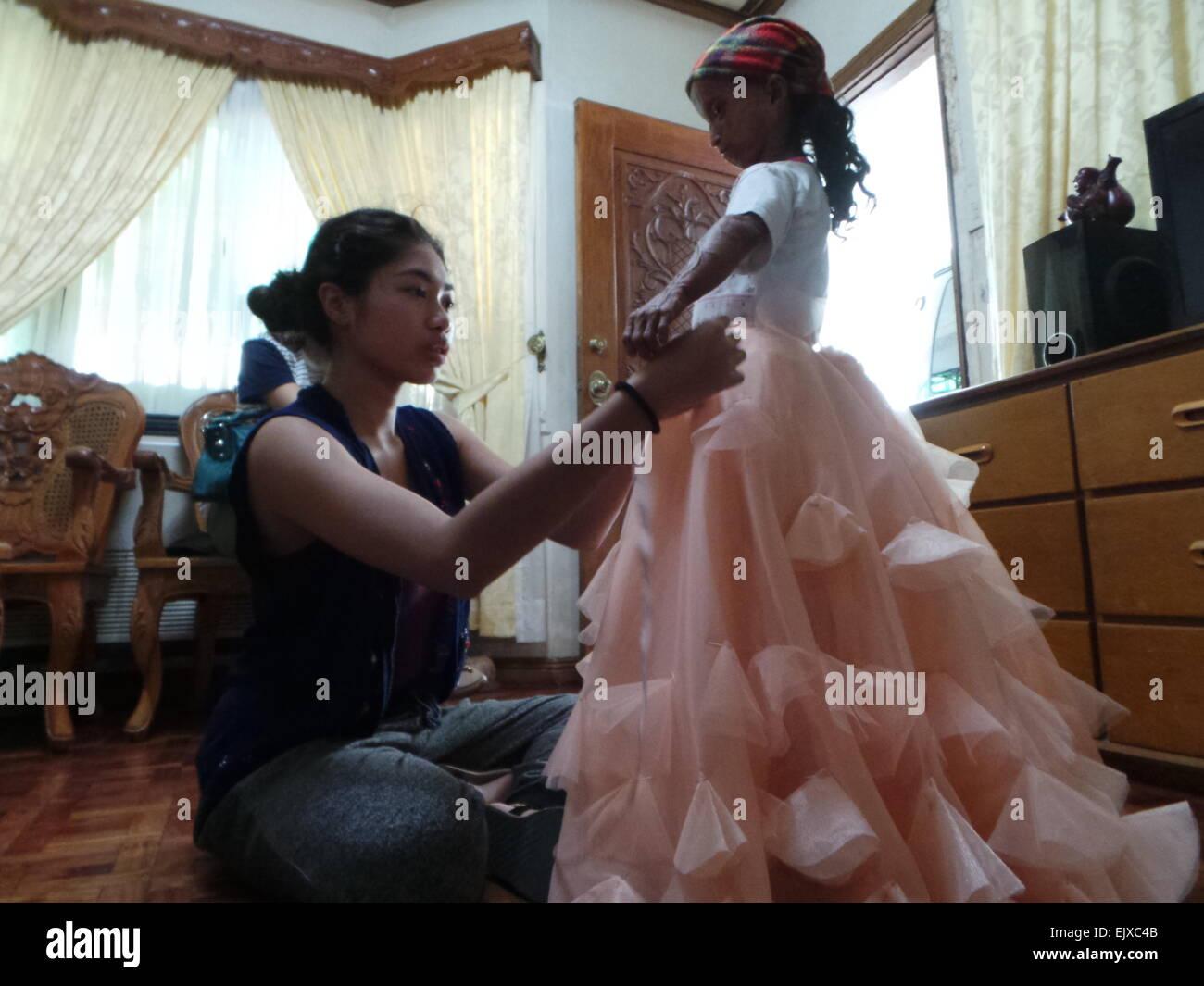 Philippinen. 2. April 2015. Junge Designer Amiel Avena (blaues Top ...