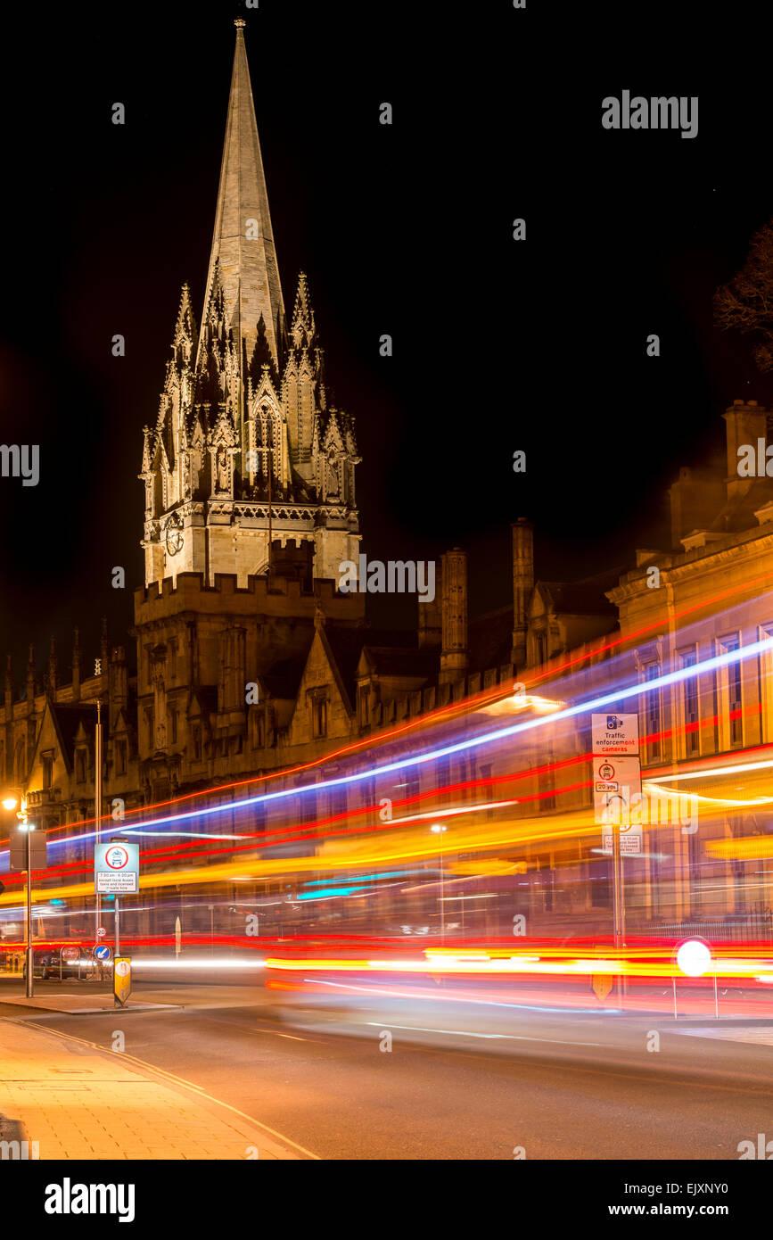 Der Universität St. Mary, Oxford, UK von der High Street als Verkehr vorbei verlässt Lichtspuren Stockbild