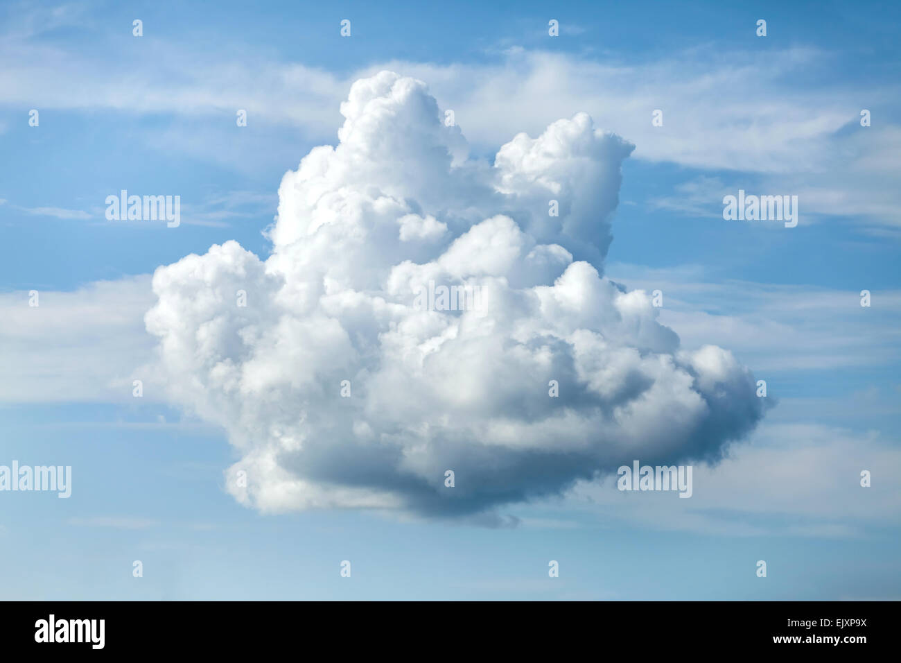 Ungewöhnliche geformte Wolke gegen den blauen Himmel. Stockbild