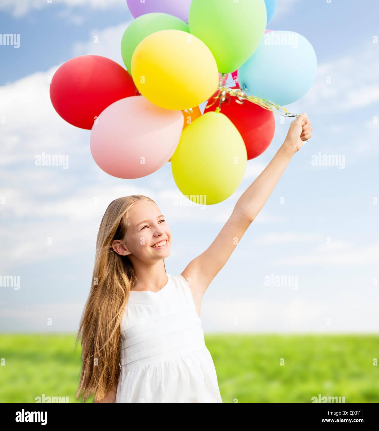 Glückliches Mädchen Mit Bunten Luftballons Stockfoto, Bild