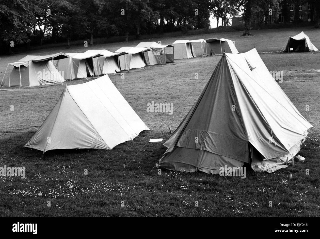 Campingplatz mit verschiedenen Größe-Zelte. 31. Juli 1966. Stockfoto