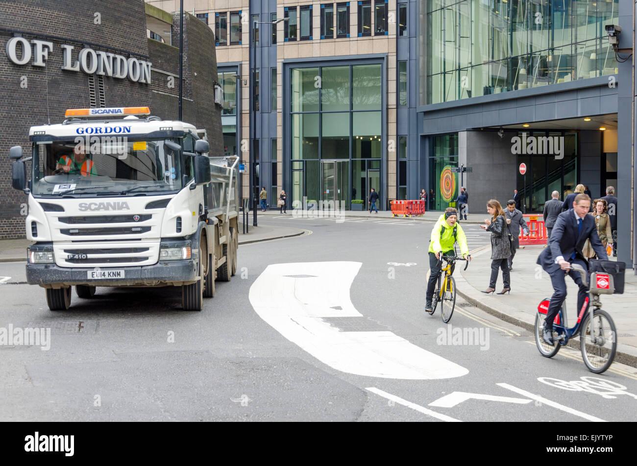 Zyklus Sicherheit Straße Markierungen Schema trennt Radfahrer und Verkehr, London, UK Stockfoto