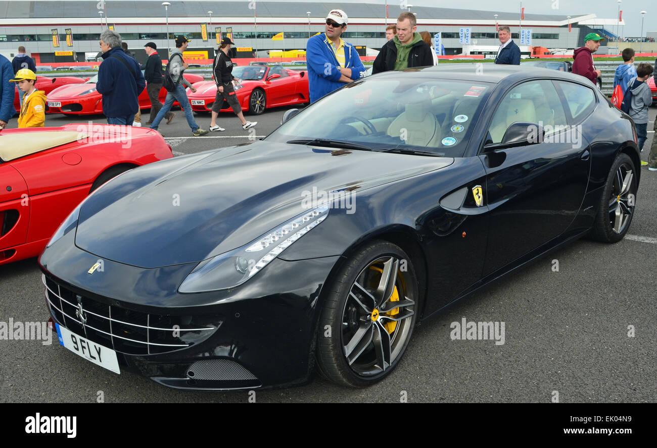 Schwarzen Ferrari Ff Stockfotografie Alamy