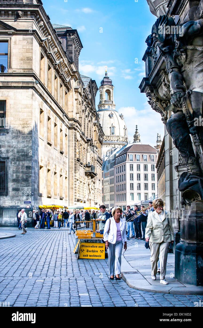 Eine touristische überlastet Straße führt vom Schlossplatz zum Neumarkt & der Frauenkirche in Stockbild