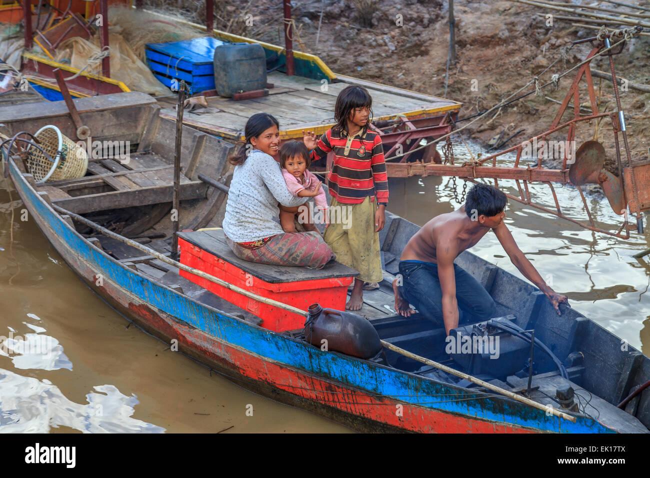 Familie auf einem Boot am schwimmenden Dorf Kampong Phulk Stockbild