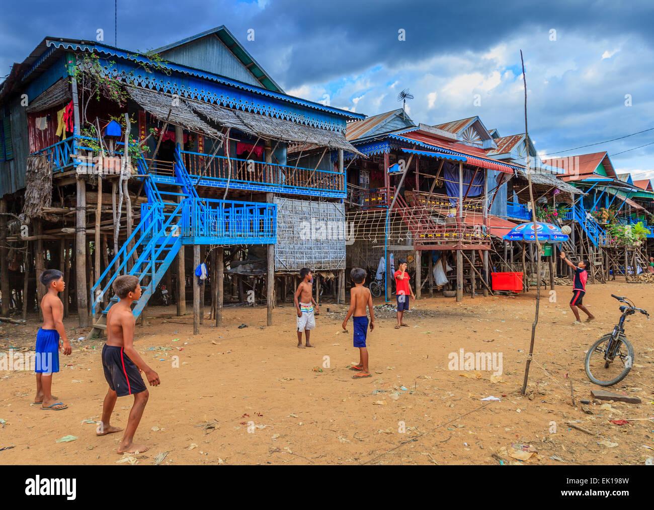 Jungen spielen Sie Volleyball am schwimmenden Dorf Kampong Phulk Stockbild