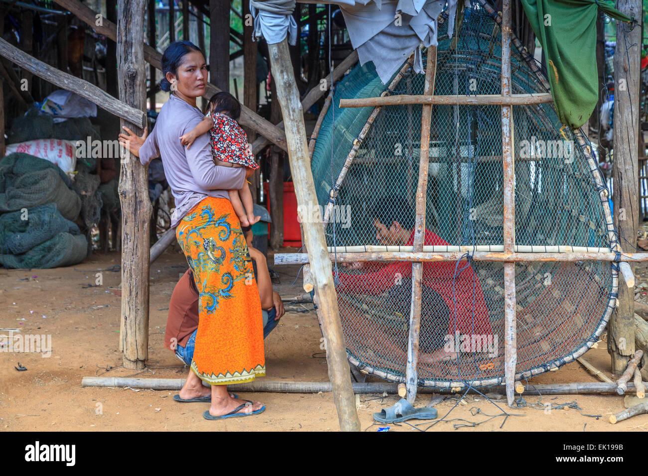 Ein Fischer passt sein Netz in Kampong Phulk schwimmende Dorf Stockbild