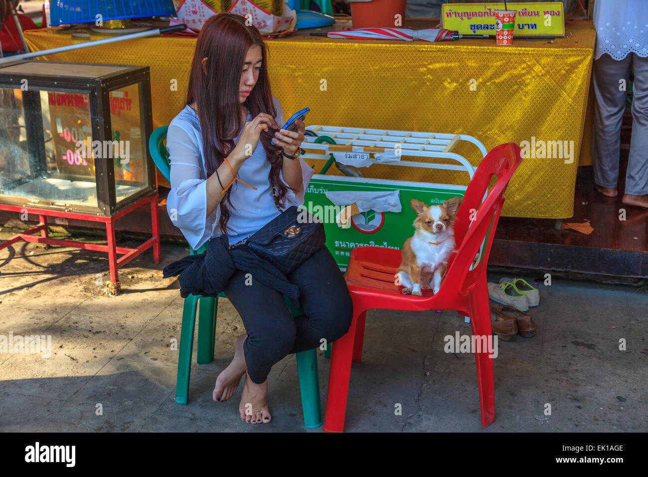 Mädchen mit mit dem Handy telefonieren Stockbild