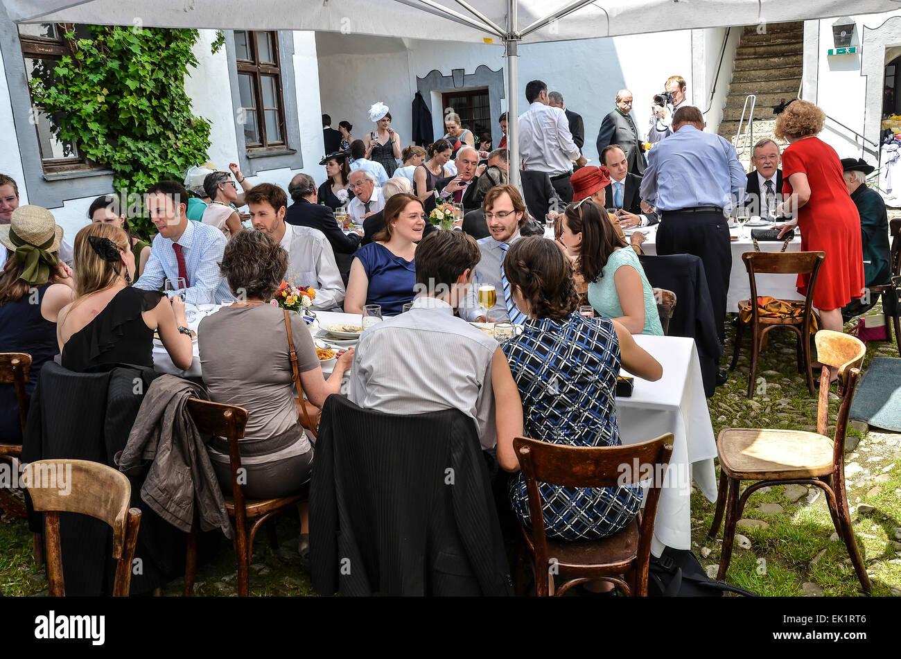 Hochzeit nach dem Festakt Party im Freien Hochzeit Hochzeit Kleid ...