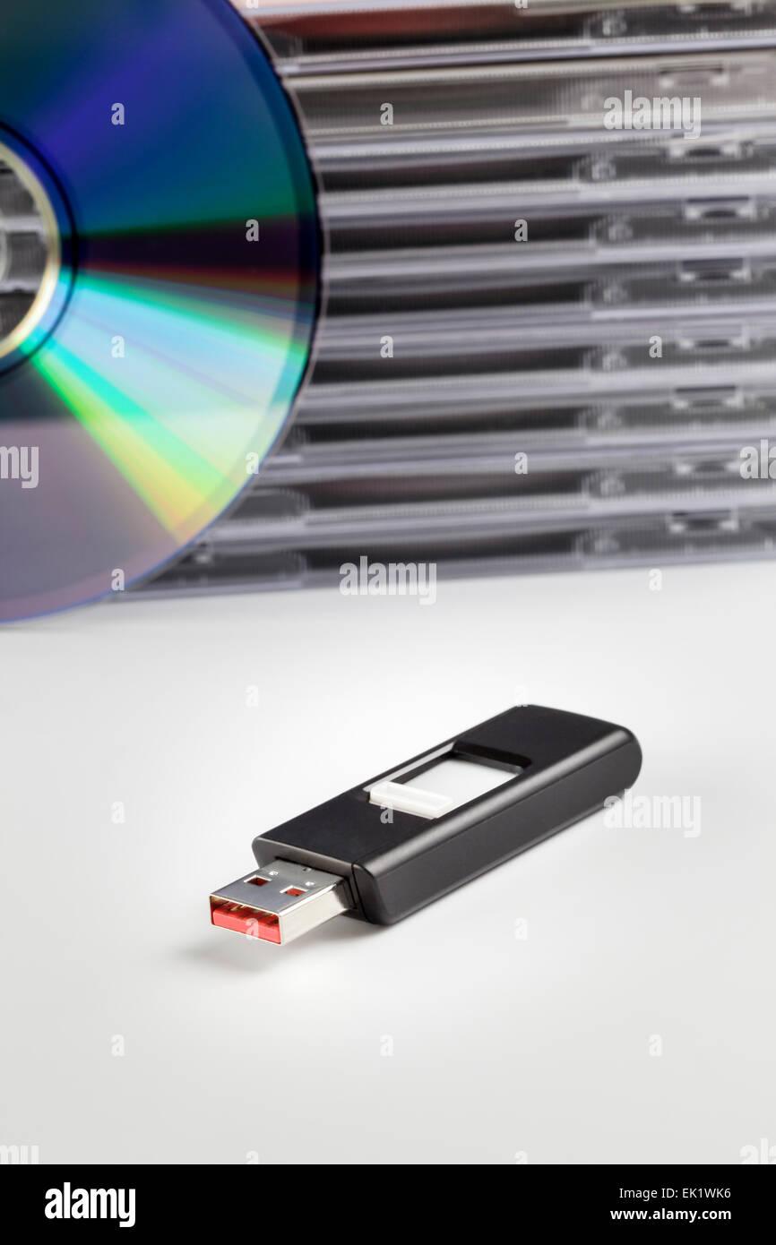 Ein USB-Flashdrive und einen Stapel DVD's Stockbild
