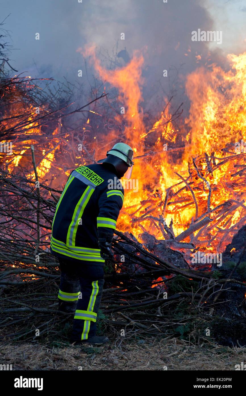 Feuerwehrmann besuchen Osterfeuer, Neetze, Niedersachsen, Deutschland Stockbild