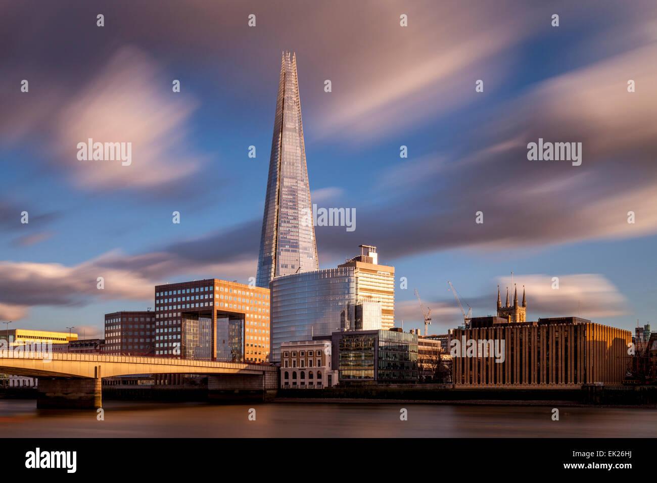 Die Scherbe und London Bridge, London, England Stockbild