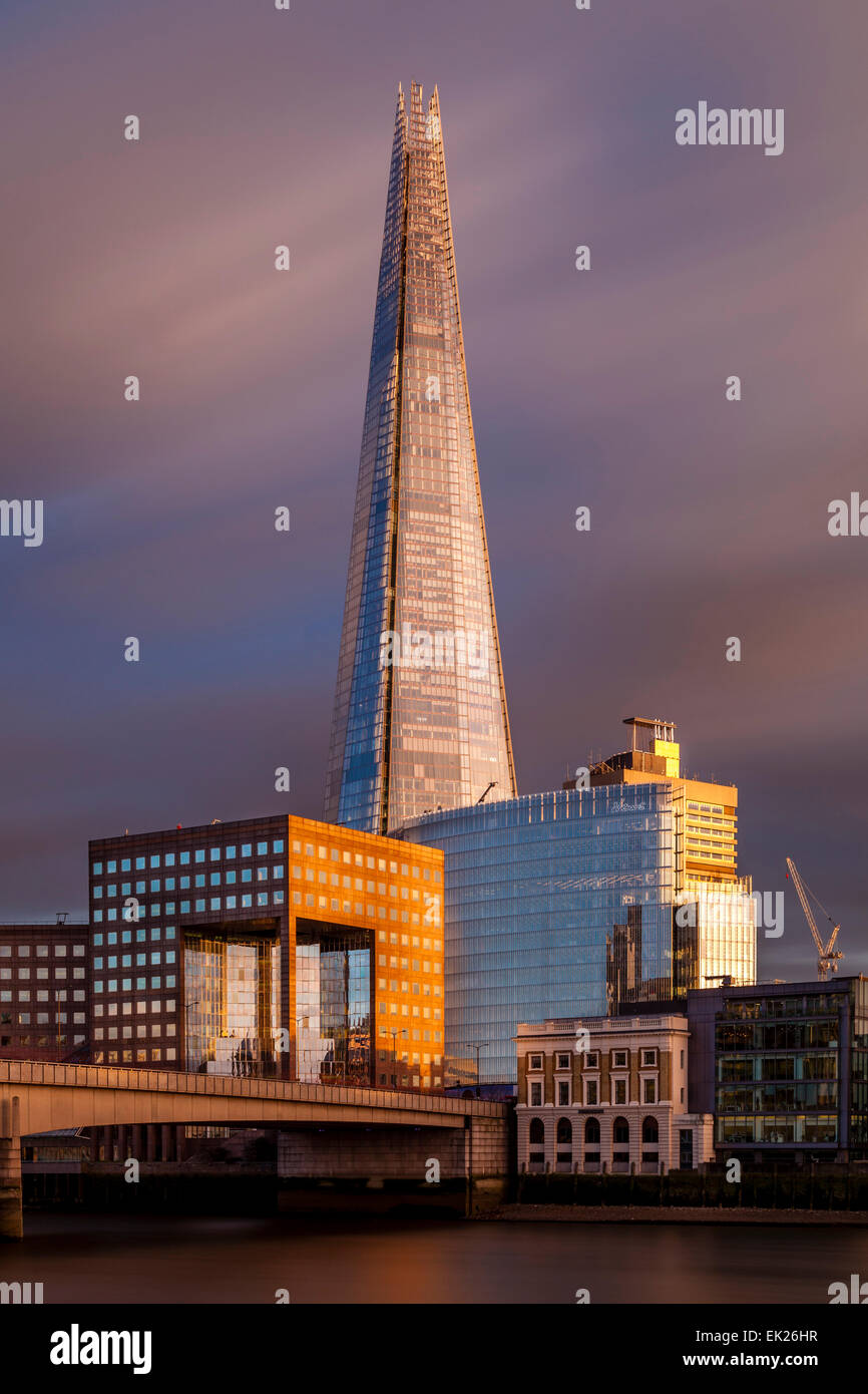 Die Scherbe und London Bridge, London, England Stockbild