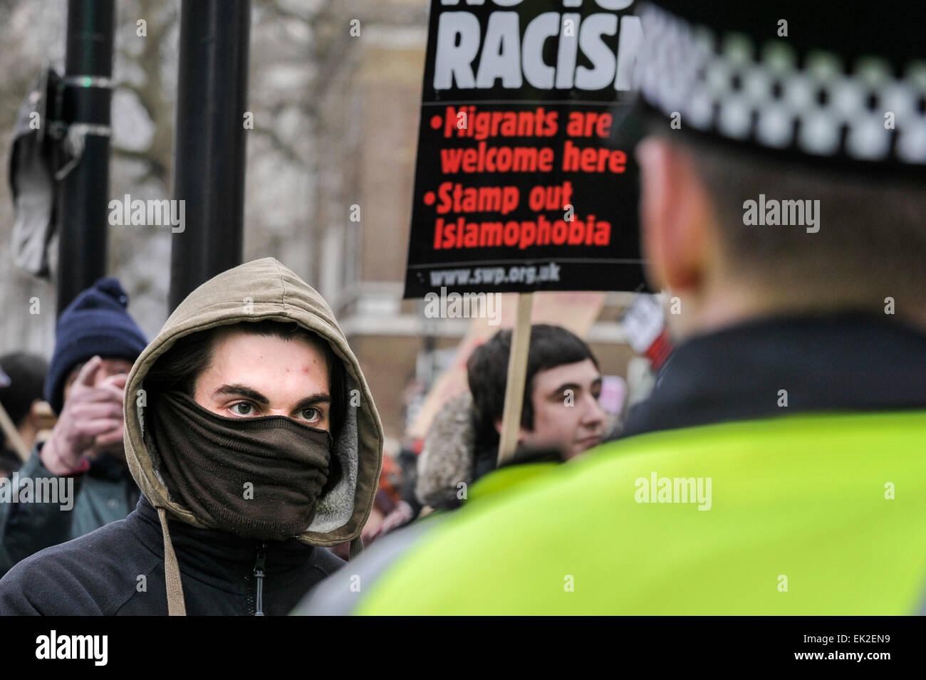 Antifaschisten, die Konfrontation mit der Polizei bei einer Demonstration gegen Pergida in Whitehall. Stockbild