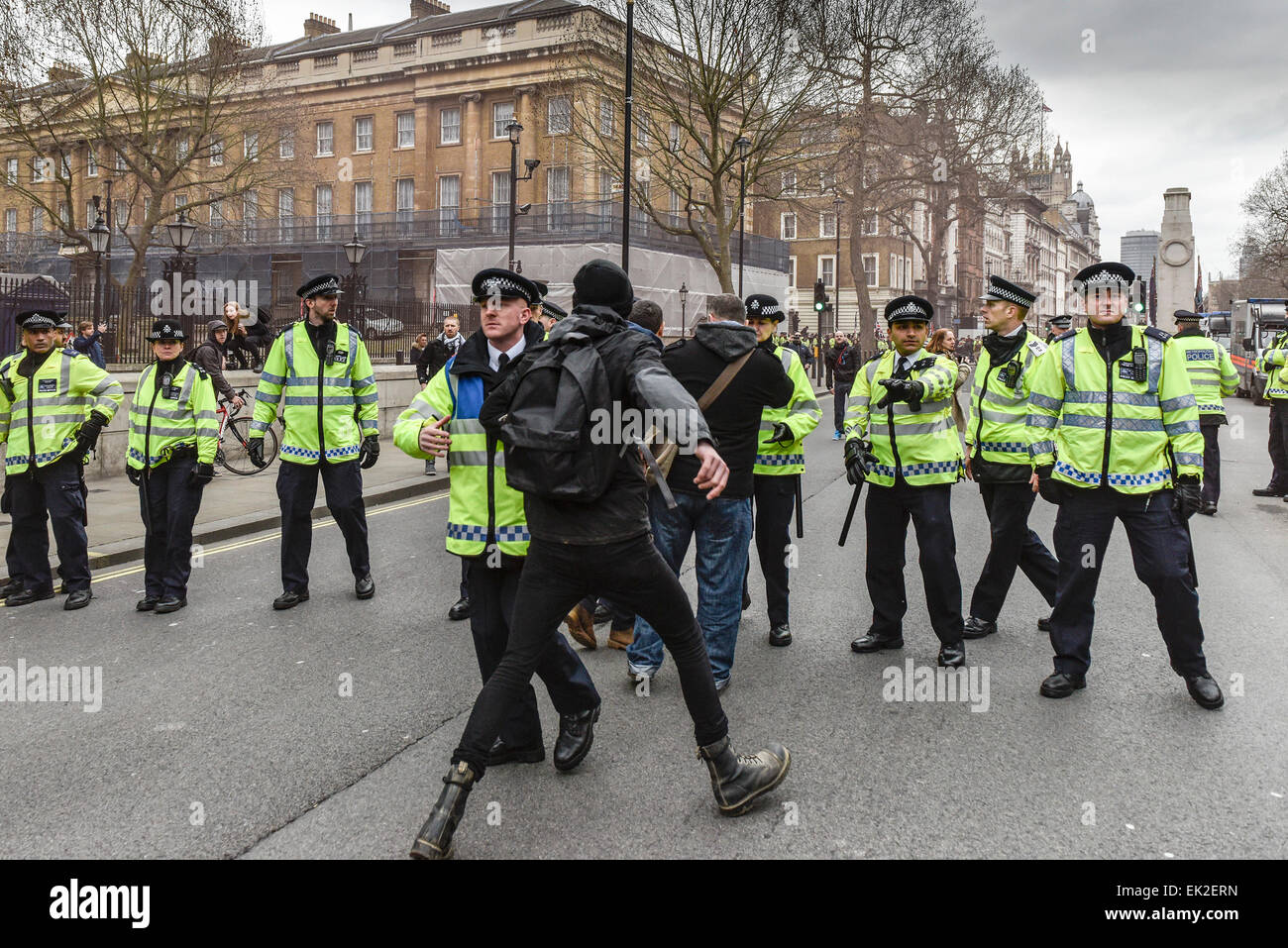 Antifaschisten demonstrieren gegen Pergida in Whitehall. Stockbild