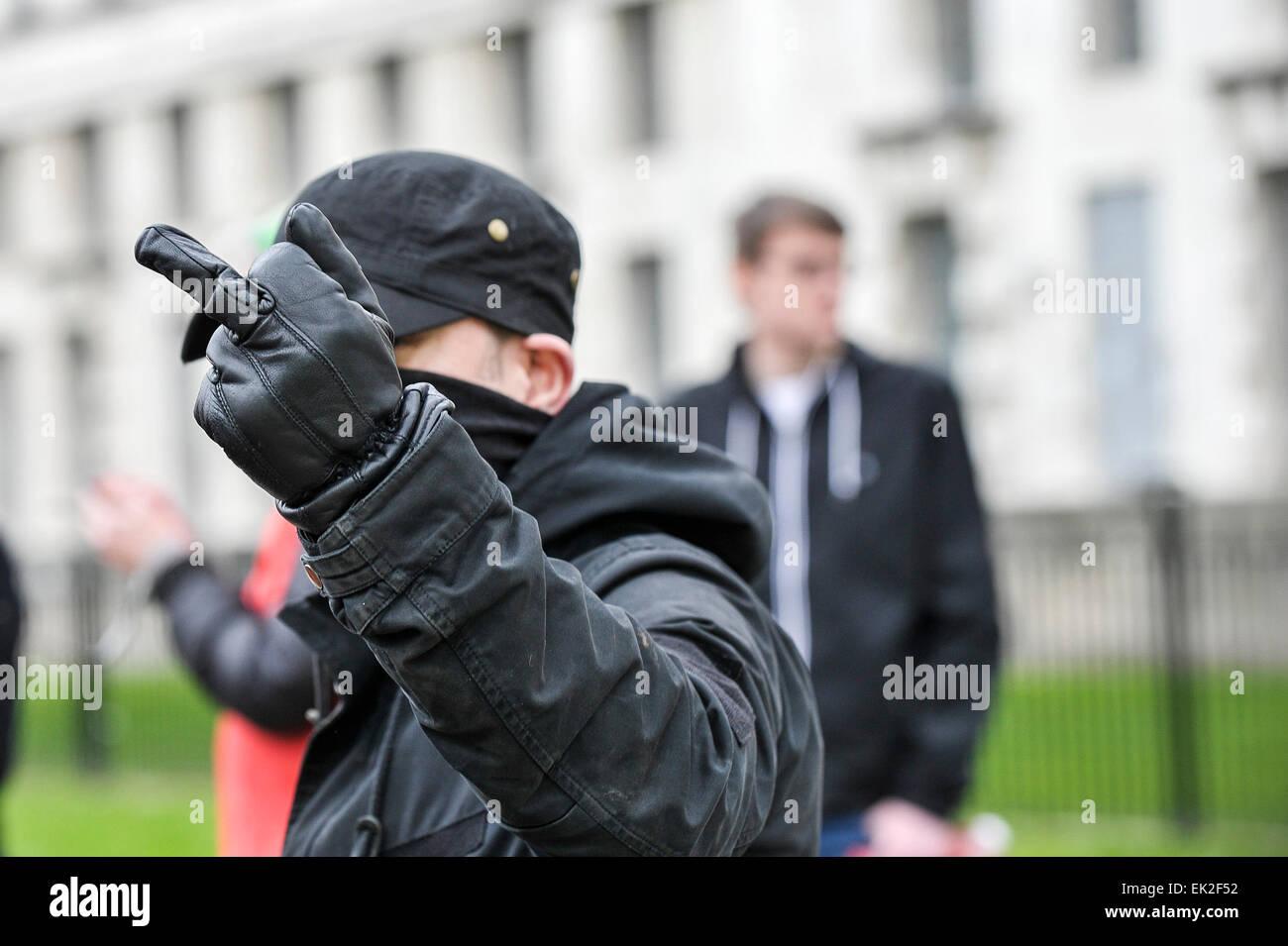 Antifaschisten zeigt seine Verachtung während einer Demonstration gegen Pergida in Whitehall. Stockbild