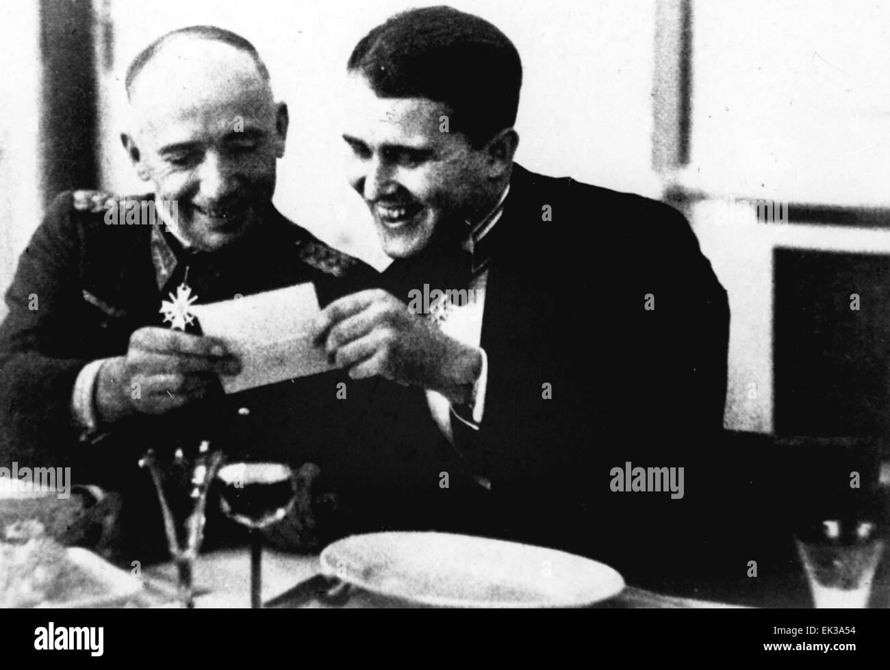 Wernher von Braun (R) und Major-General Walter Robert Dornberger lesen Hitlers Glückwünsche nach oben NS-Dekoration Stockfoto