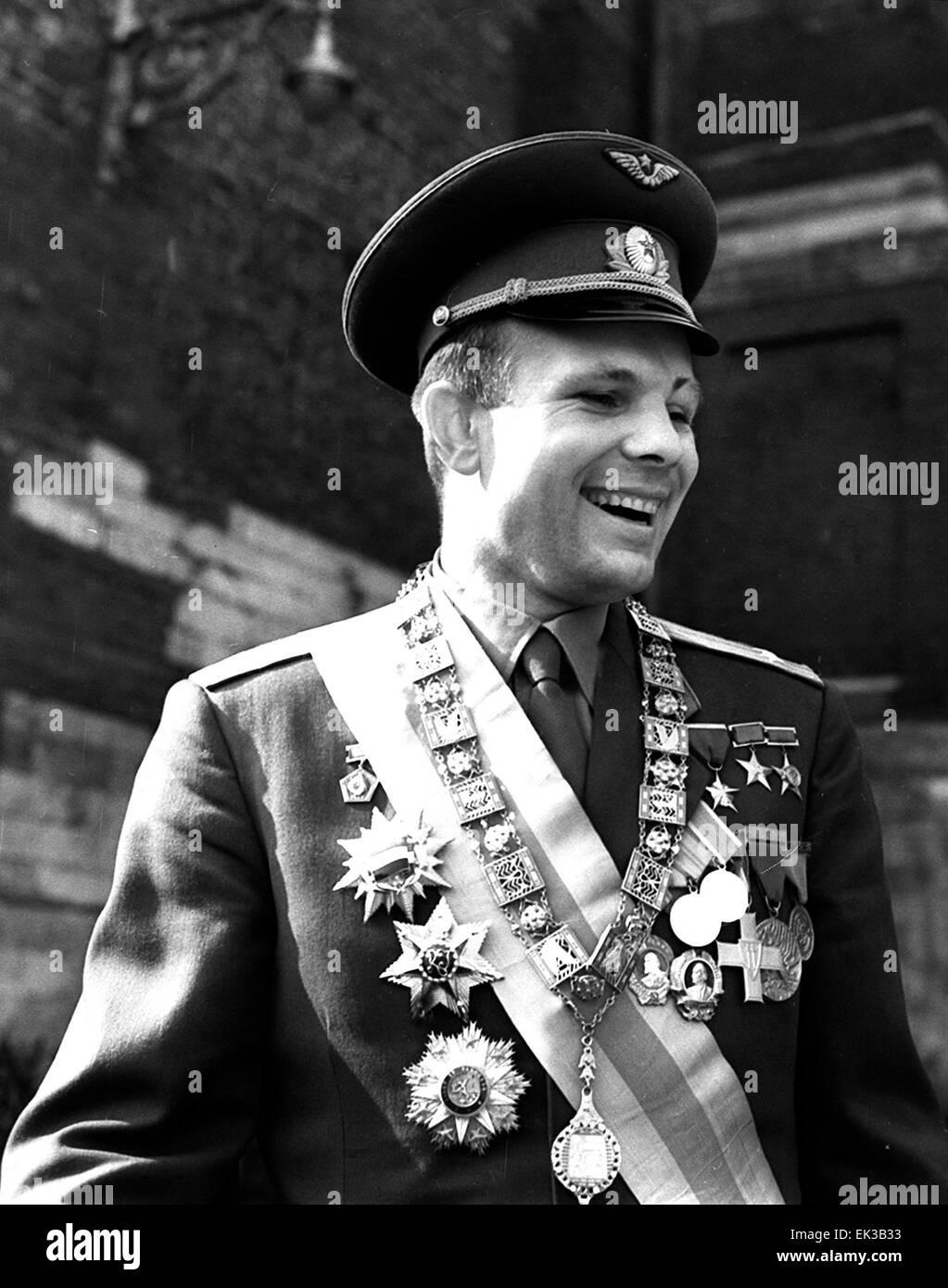 UDSSR Erster Mensch im Weltall Yuri Gagarin posiert mit seiner