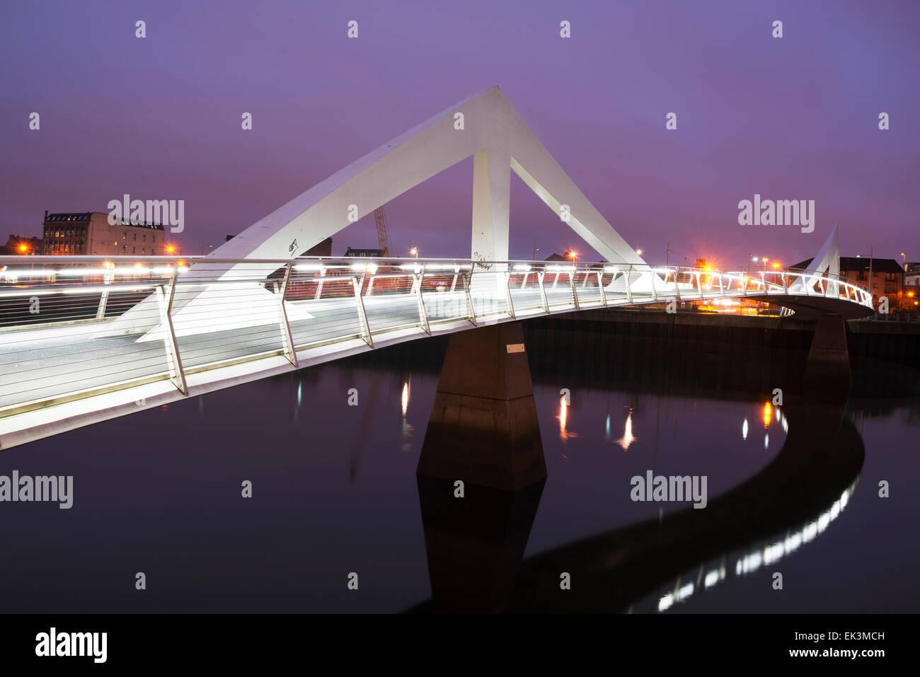 Ein Winterbild Nacht Glasgows Tradeston Brücke, bekannte lokal als Squiggly Brücke über den River Stockbild