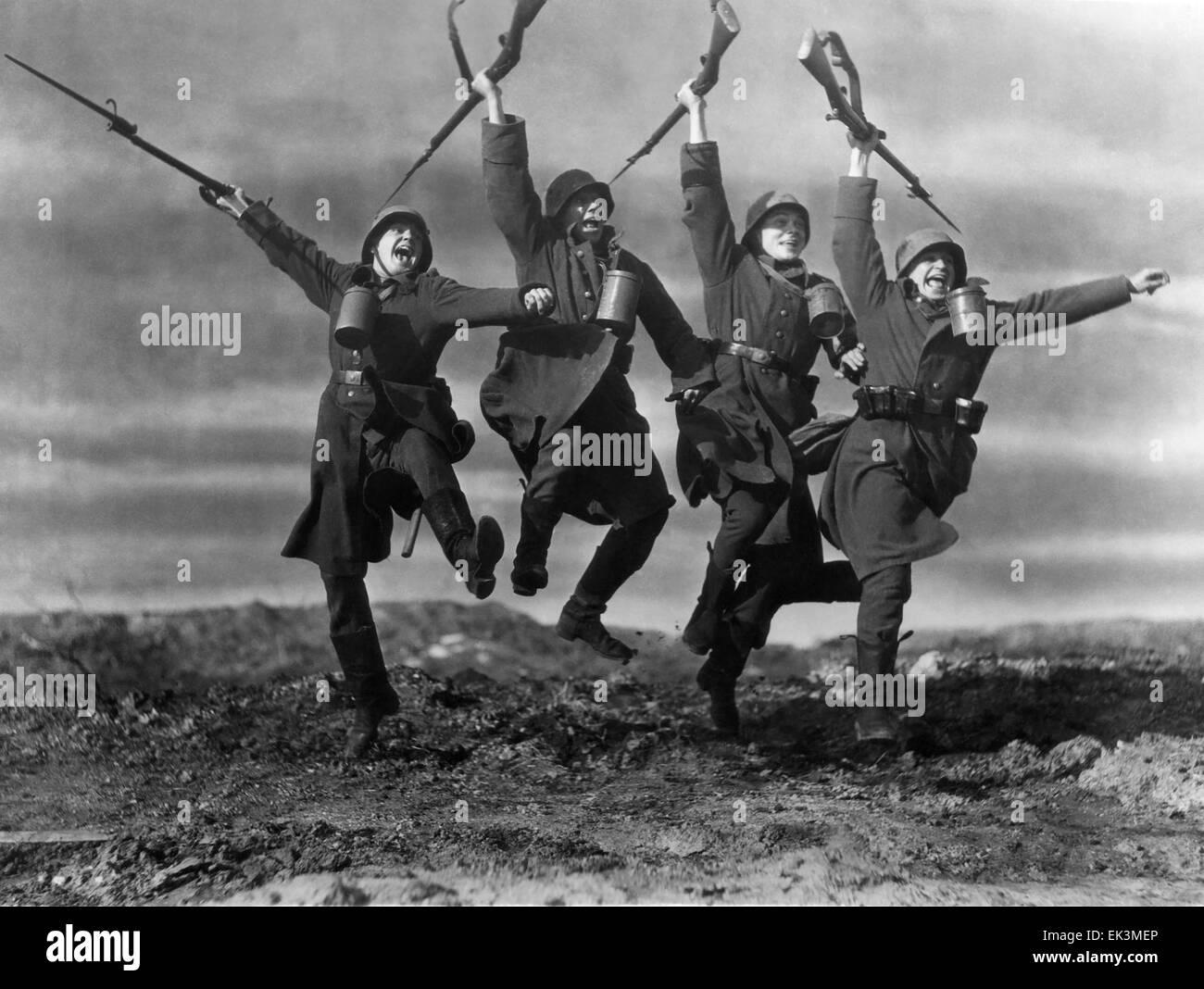 """Siegreichen Soldaten mit Gewehren, am Set des Films """"Der Weg zurück"""", 1937 Stockbild"""