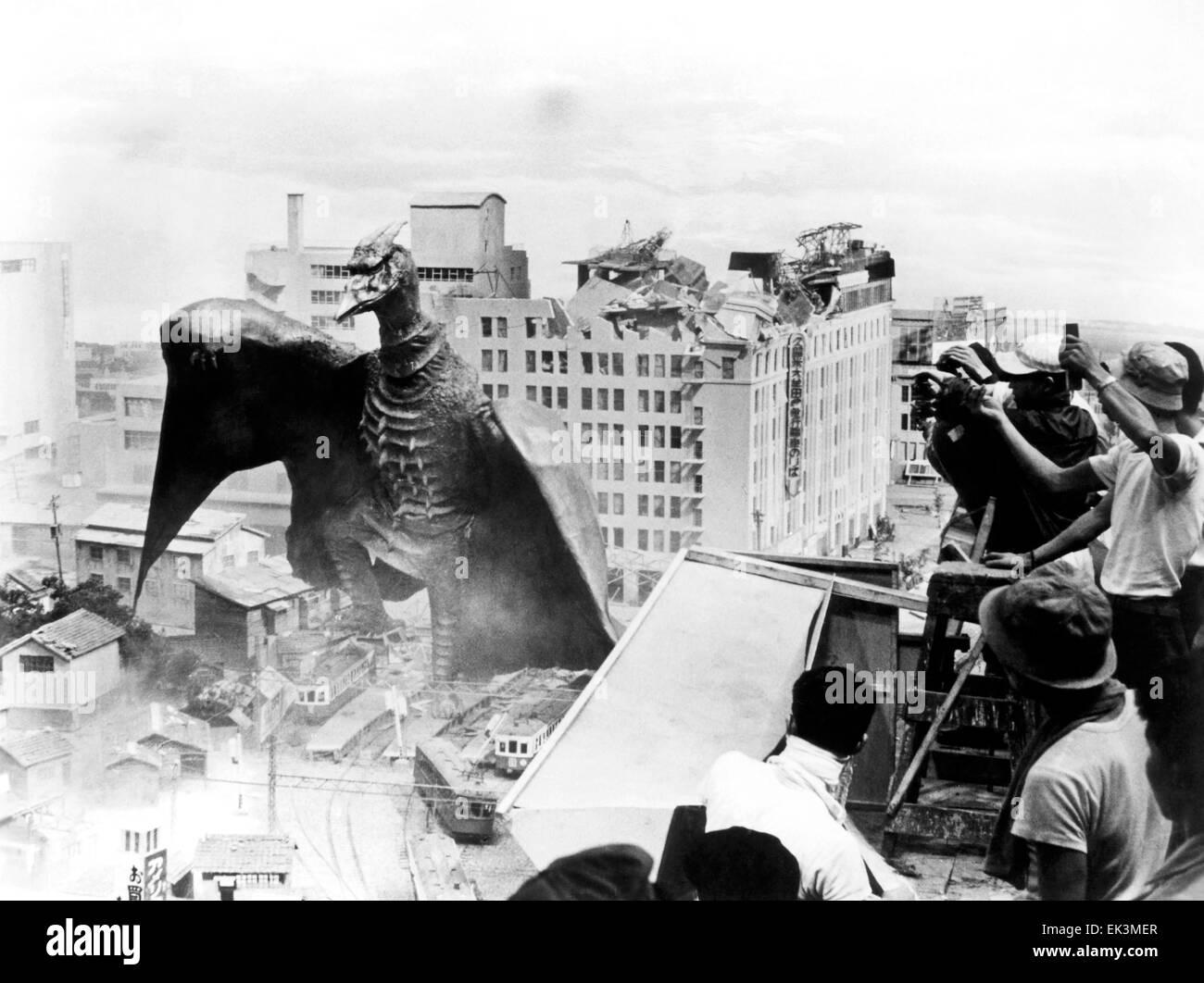 "Fliegende Kreatur zerstören Gebäude, am Set ""Rodan"" (aka Sora No Ländern Radon), 1956 Stockbild"