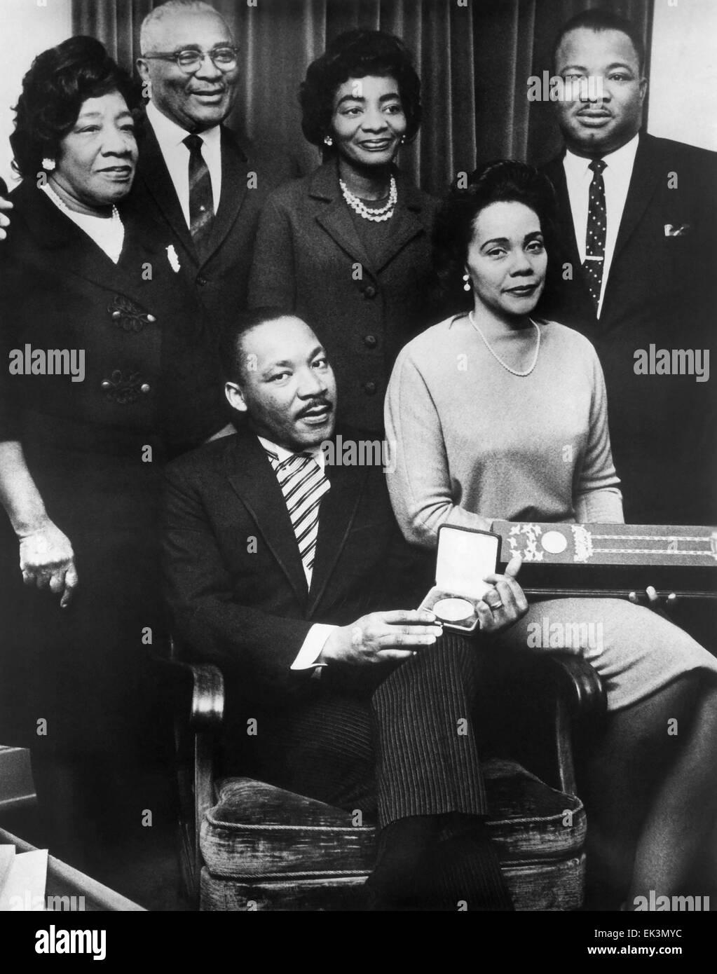 Martin Luther King, Jr., mit Ehefrau Coretta und Familie annehmen Nobel Friedenspreis, 1964 Stockbild