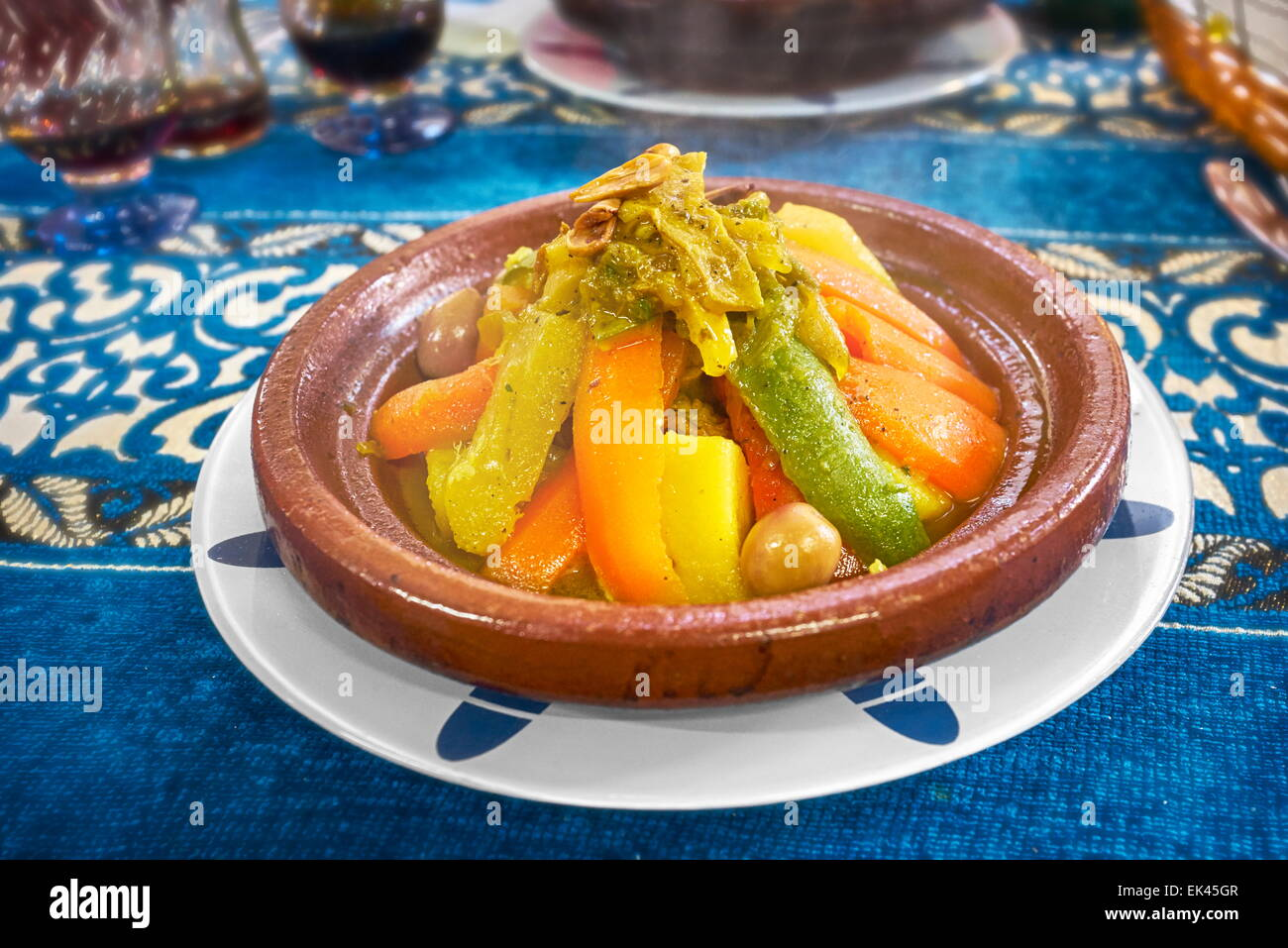 tajine tajine marokkanische k che genie en sie im restaurant in fes medina marokko stockfoto. Black Bedroom Furniture Sets. Home Design Ideas
