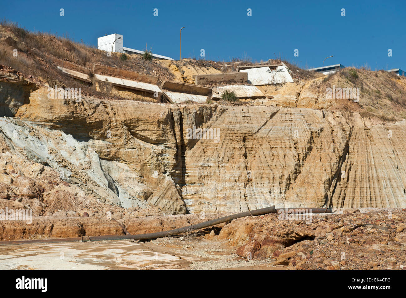 Es ist geworden mehr machbar für Bergbau, alte Mine Deponien für das restliche gold, die aus dem Sand nicht vollständig extrahiert wurden zu verarbeiten. die unterirdischen Bergbau Prozess sehr arbeitsintensiv und teuer. Diese Mine Deponien sind sprengte mit Wasser und Schlamm-Suspension ist dann geleitet Brakpan etwa 40km entfernt auf der Ost-Rand wo ist sie, nehmen Sie das restliche Gold verarbeitet. PIC anonymer verasamy Stockfoto