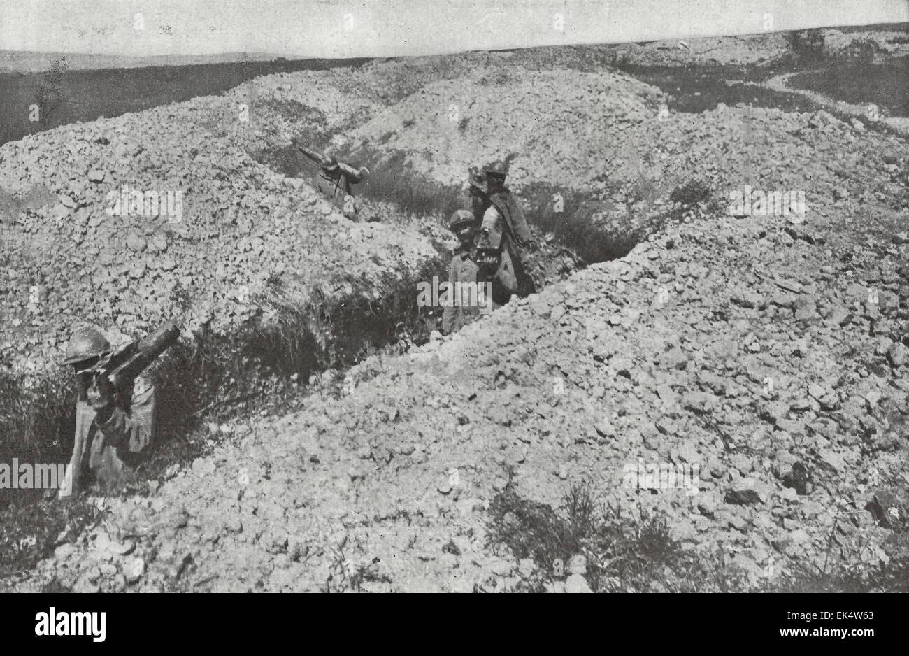 Eine Szene auf des toten Mannes Hügel am Fluss Maas zeigt französische Soldaten triumphierend durchlaufen Stockbild