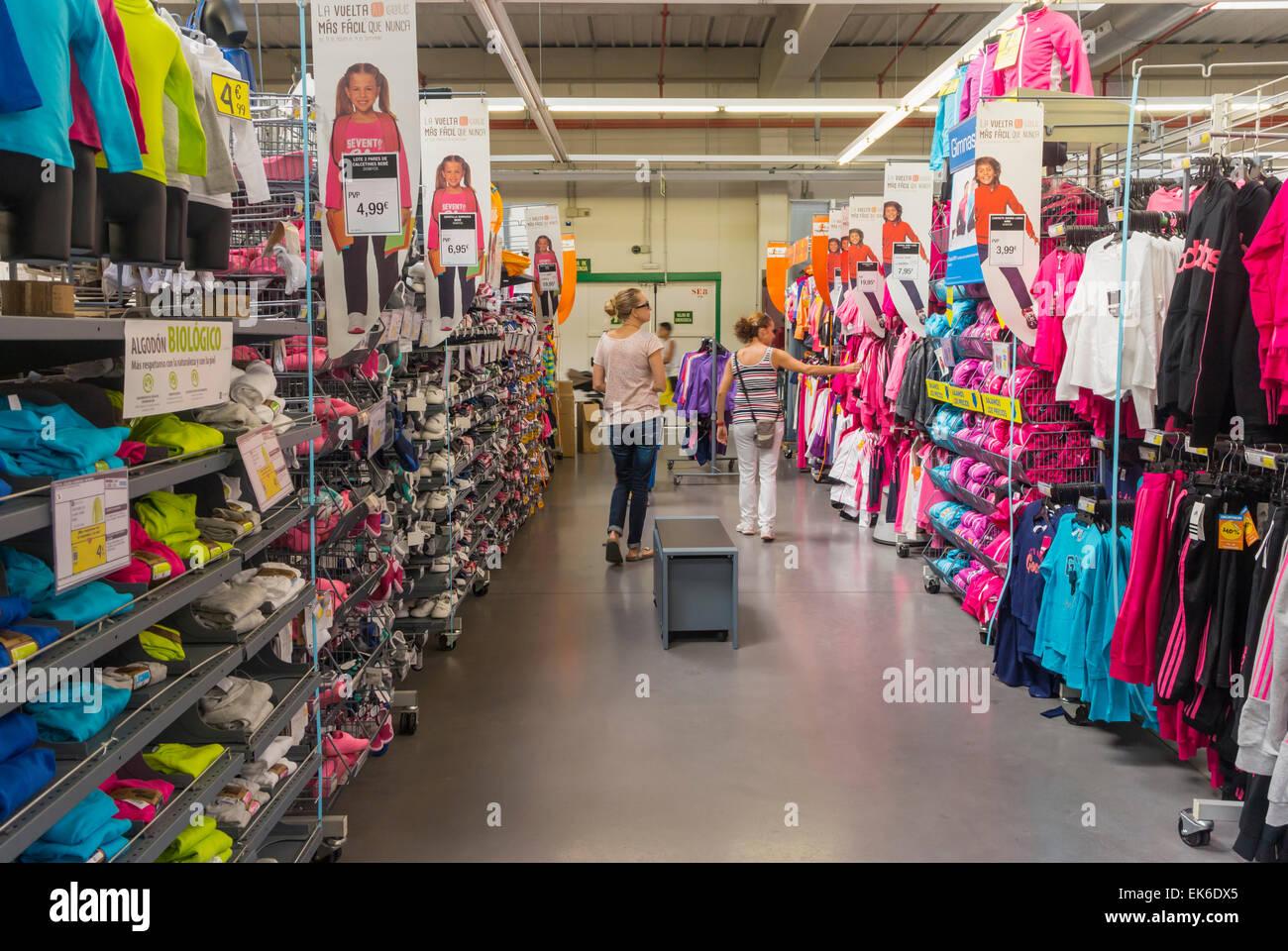 e17d35552495eb Einkaufsmöglichkeiten für Kleidung für Kinder in der decathlon Store ...