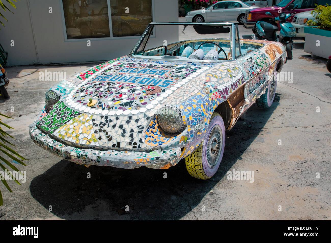 Ein Auto Verziert Mit Bunten MosaikFliesen Außen Glas - Mosaik fliesen draußen